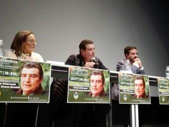 El magistrado entre la concejal de Bienestar Social y el alcalde durante su intervención. Foto. J.Mª