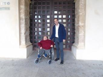 Los socialistas Medina y Vázquez, a las puertas del CIC El Pósito. FOTO: CALMA