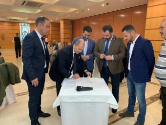 Momento de la firma del convenio en las instalaciones de Grupo Abades en Loja
