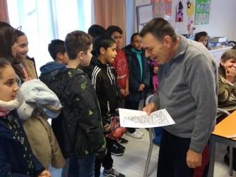 Alumnos del colegio Victoria con los usuarios de la residencia.
