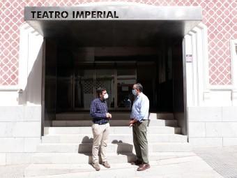 El alcalde y el concejal de Cultura, a las puertas del Teatro Imperial. FOTO: CALMA