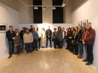 Participantes de la exposición, junto a familiares de Jorge Martínez. FOTO: P. CASTILLO