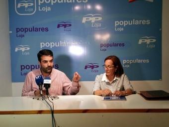 El presidente de los populares lojeños, Joaquín Camacho, y la secretaria general, Matilde Ortiz.