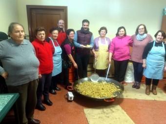 Alcalde y concejales con las mujeres ventorreñas que han elaborado las migas. FOTO: J. ÁGUILA.