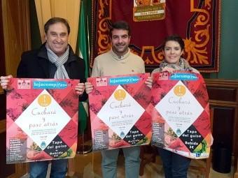 Francisco Izquierdo, Joaquín Camacho y Paloma Gallego con los carteles de las jornadas
