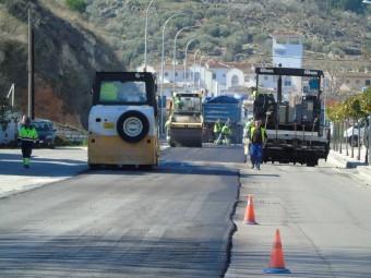 Hoy continúan los trabajos de asfaltado en la Avenida de Andalucía. FOTO: C. MOLINA