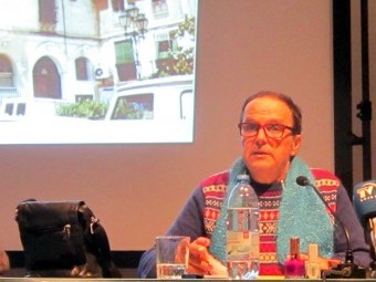 Miguel Benlloch, en 2014 presentando su libro 'Acaeció en Granada' en El Pósito. ARCHIVO.