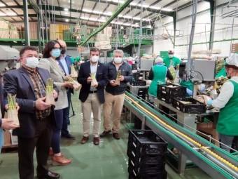 Autoridades y responsables de Los Gallombares, en la planta de producción. FOTO: C. M.