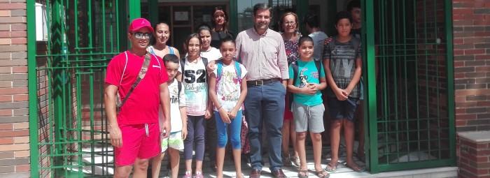 Algunos jóvenes de la Casa de Zonas junto al alcalde y la edil de Bienestar Social. FOTO: J.M.J.