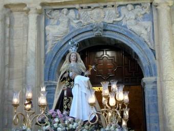 La Virgen del Carmen saliendo por la puerta de la fachada de la Anunciación. FOTOS: A.MATAS.