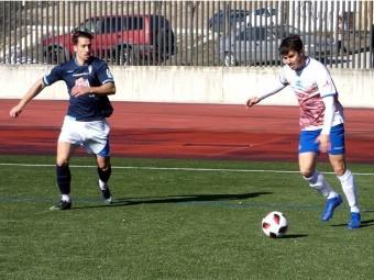 Lolo Armario golpea el balón ante un jugador accitano. FOTO: MIGUEL JÁIMEZ