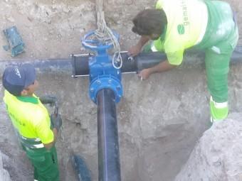 Operarios de la empresa Gemalsa instalan el segundo sistema de bombeo. FOTO: EL CORTO