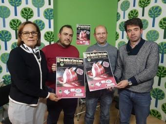 Representantes de la organización del evento con el cartel de la III Gala Benéfica de Jamón