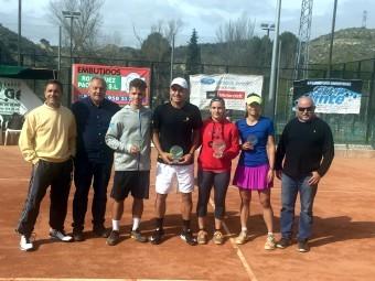 Los finalistas del campeonato, junto con el presidente del Tricolia y el delegado de la FAT.