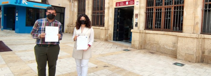 El alcalde y la concejala, a las puertas del Centro de Interpretación. FOTO: C. MOLINA