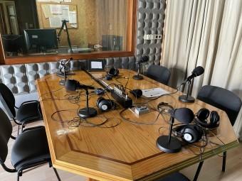 Estudio de grabación de entrevistas en Onda Loja Radio. FOTO: EL CORTO