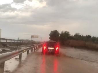 La autovía A-92 se anegó de agua a causa de la tormenta.