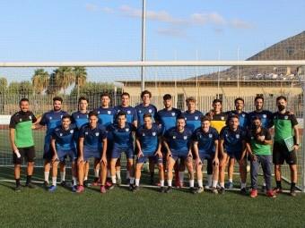 Jugadores y cuerpo técnico del Loja posan ayer durante el entrenamiento. FOTO. PACO CASTILLO.