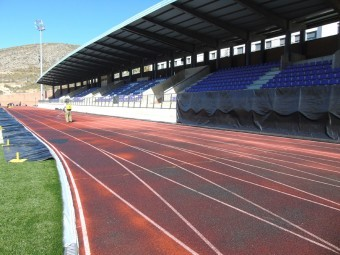 El Ayuntamiento de Loja mejora el retoping de la pista de atletismo. FOTO: CALMA