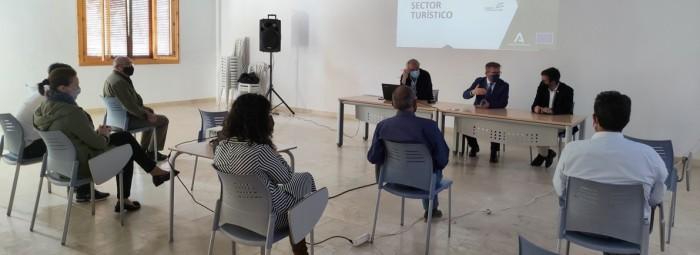 El delegado y el alcalde presentan las ayudas al sector turístico. FOTO: C. MOLINA