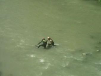 Momento en el que la mujer es rescatada del río. FOTO: JOSÉ ANTONIO GALLEGO.