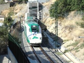 Un tren laboratorio de Adif transcurre por La Estación durante el periodo de pruebas.
