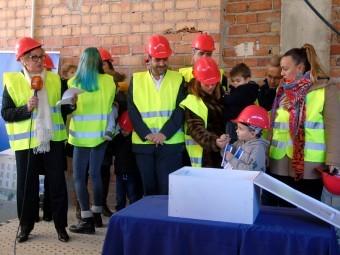 En una caja, los asistentes introdujeron prensa, planos y folletos. FOTO: C. MOLINA