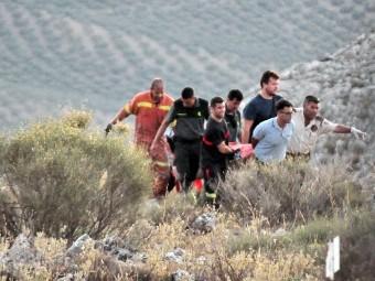 Momento del traslado del piloto accidentado tras el rescate del mismo. FOTO: JORGE MARTÍNEZ