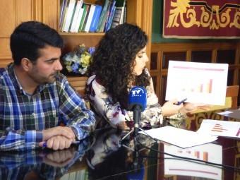 El alcalde y la concejal de Turismo presentando los datos. A. M.