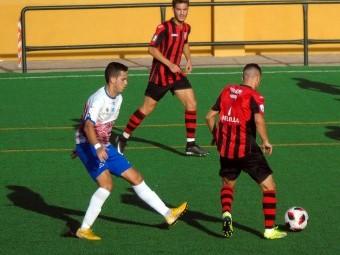 Una acción del partido disputado esta tarde entre el Loja y el River Melilla. FOTO: P. CASTILLO