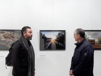 Alberto Sánchez (izq.) comenta con José Antonio Gómez el contenido de la muestra. Foto: J.MªJ.