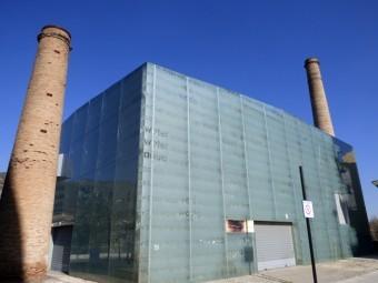 Fachada principal del Centro de Interpretación del Agua, entre las dos antiguas chimeneas.
