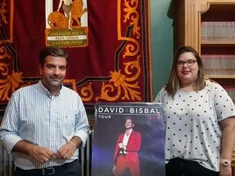 Joaquín Camacho y Rocío Guardeño junto al cartel del concierto de Bisbal. FOTO: J.MªJ.