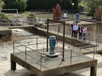 El alcalde y el concejal visitaron ayer las instalaciones de la depuradora. FOTO: C. M.
