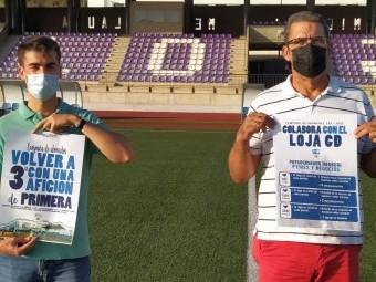 Miguel Jáimez y Antonio Guardeño con los carteles de la campaña de abonados. P.C.