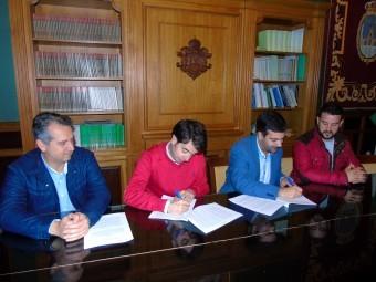 Momento de la firma del convenio entre el Ayuntamiento y el club Mala Cara. FOTO: P. C.