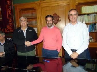El responsable de la empresa, junto al alcalde y el concejal de Cultura. FOTO: CALMA