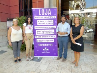 Las ediles de Participación, Juventud y Bienestar Social y el alcalde en la presentación de la campa