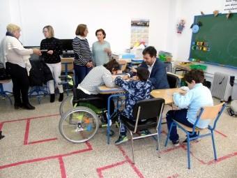El alcalde conversa con los alumnos premiados del colegio Martín Vivaldi. FOTO: CALMA