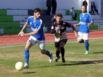 Del Moral persigue a un jugador maracenero en un lance del partido. FOTO: M. JÁIMEZ