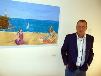 El artista lojeño, frente a una de sus obras que se exponen en el Pósito. FOTO: J. Mª. J.
