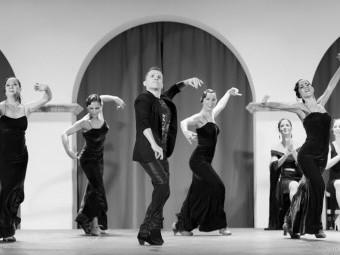 El bailaor lojeño Miguel Barranco junto a su ballet en uno de sus espectáculos.