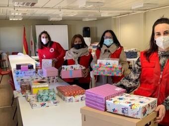 Voluntarias de Cruz Roja Loja preparando los juguetes. FOTO: C. ROJA