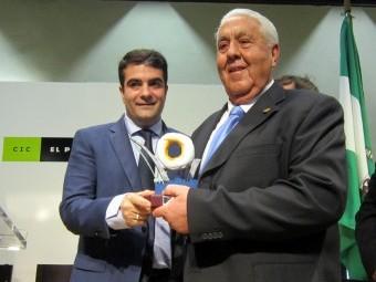 José Velasco recibió el premio 'Día de Andalucía' de Loja en 2015