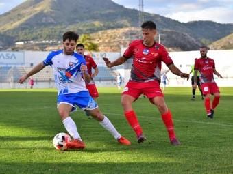 Álex Romero pugna por el balón con un jugador del Motril en la ida. SEMANARIO MUCHO DEPORTE