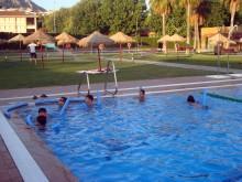 Los niños disfrutan también del baño en la piscina municipal