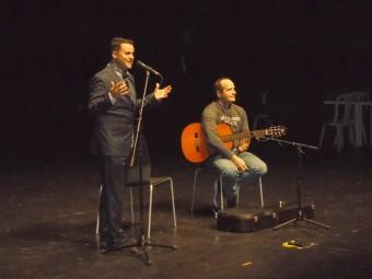 Juan Pinilla, al cante, y Eduardo López, a la guitarra, durante la charla. FOTO: CALMA