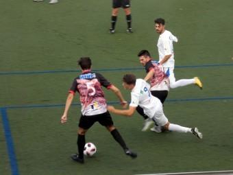 Los lojeños Fabio y Funes pugna por el balón con dos jugadores del Guadix. FOTO: P.C.