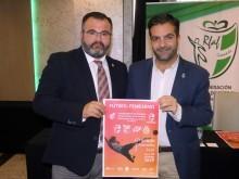 El alcalde y el concejal de Deportes muestran el cartel del campeonato. FOTO: P.CASTILLO