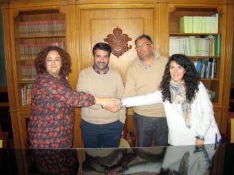 Autoridades y presidente de la asociación, durante el anuncio del premio. FOTO: CALMA